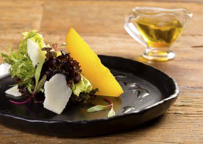 Salada de folhas baby com pera glaceada, lascas de Grana Padano e molho de mel de lavanda